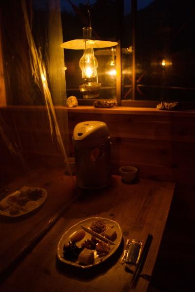 ランプの明かりで聖なる朝食だ。