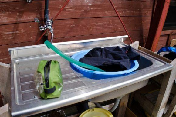 洗濯ゴシゴシ。山小屋の人に確認してから使いました。