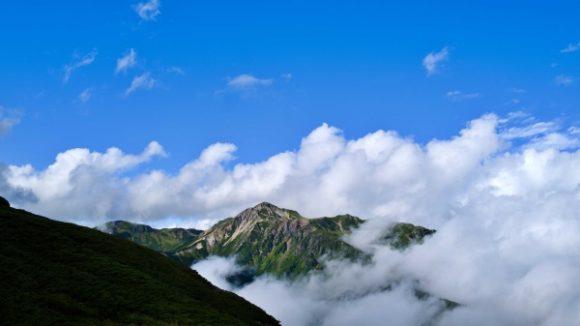 晴れ間から除く鷲羽岳。カッコイイ…