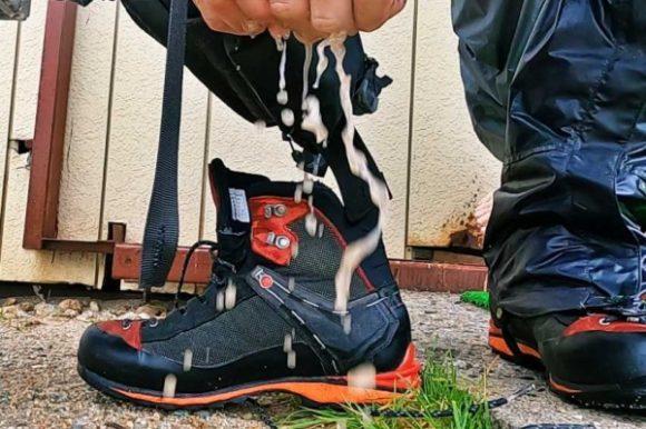 靴下をギュッと絞る。ぐしょぐしょです・・・