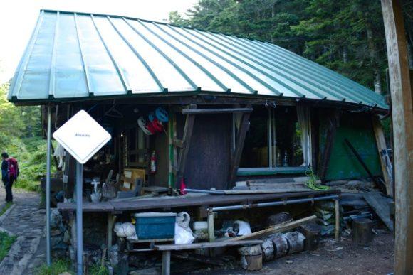 ドコモのアンテナがある焼岳小屋
