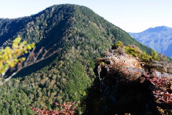 崖と皇海山