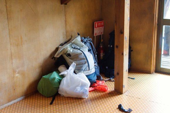部屋の隅に荷物をデポ