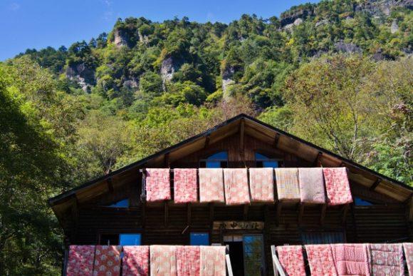 布団干してる庚申山荘。庚申山が後ろに見えます。
