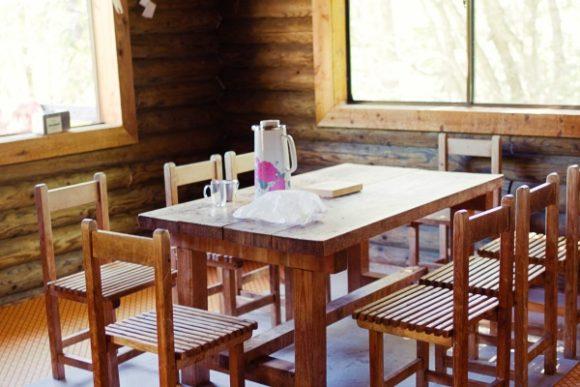 屋内の談話スペース。朝はここでお湯を沸かしたり食事した(暗闇の中)。
