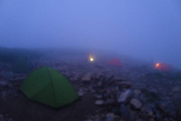 朝靄のキャンプ場。