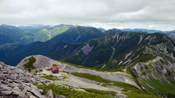 笠ヶ岳山荘も小さく見える。