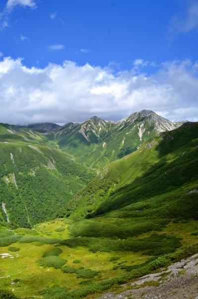 遠くに見える鷲羽岳、水晶岳。