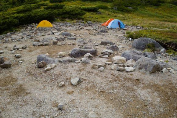 ペグが打ちやすいテント場。