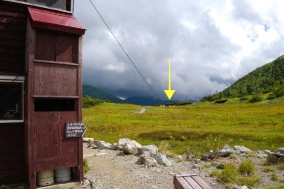 黒部五郎小屋から100mくらい離れている。