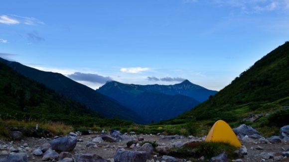 中央右のツンとした山が笠ヶ岳。