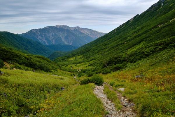 谷間の奥にある高天原山荘へ下る。