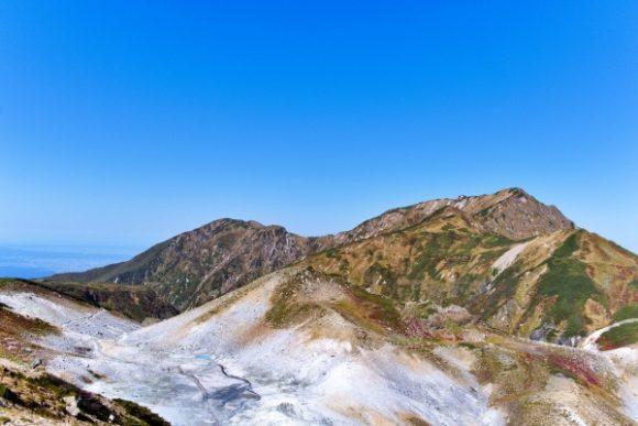 さっきまでいた奥大日岳を見ながらグビッ!