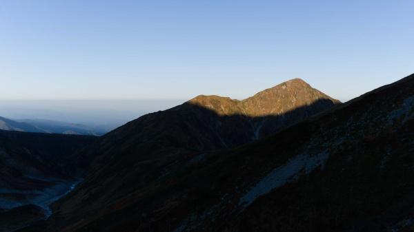 奥大日岳も朝日に照らされ