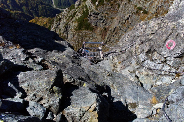 崖の梯子を下る。