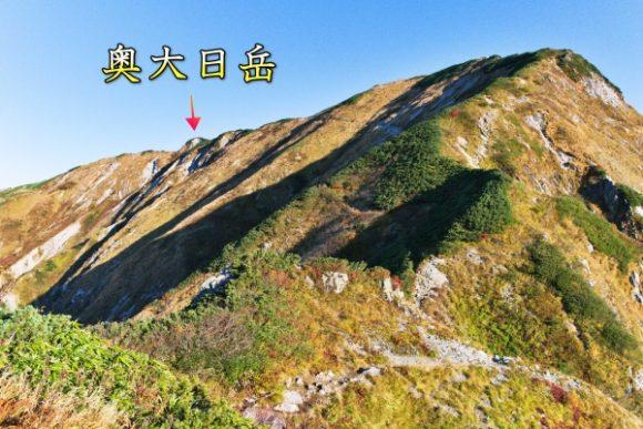 矢印部分が奥大日岳三角点(2606m)、最高点は右側の頂(2611m)