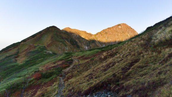 正面に光る奥大日岳