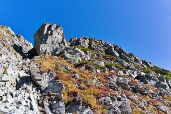 大きな岩の隙間を縫うように進みます。
