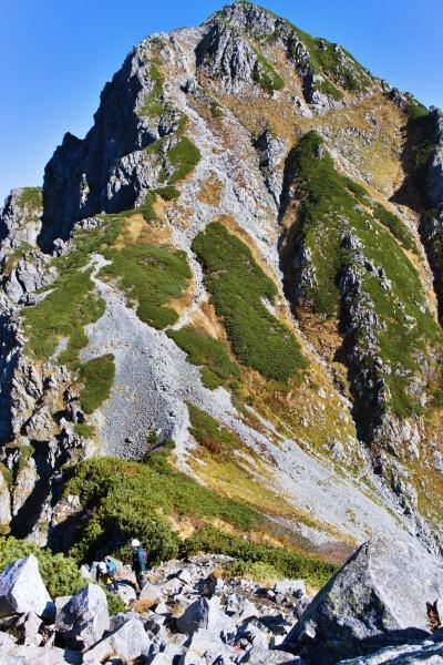 岩山を下る。急傾斜のガレ場