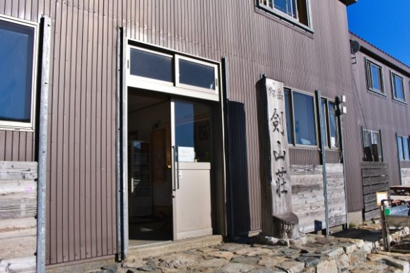 トイレは山荘内にある。100円で利用可能。