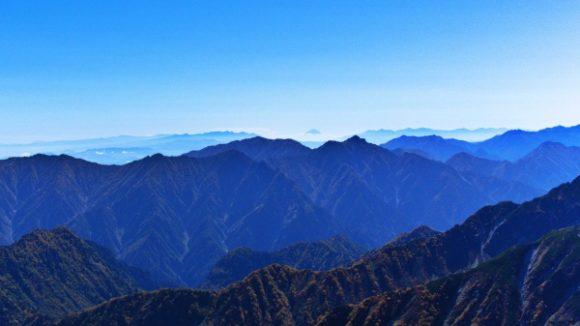 中央にうっすらちょこんと富士山