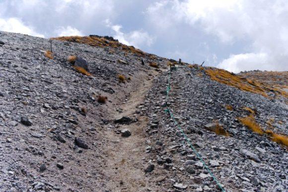分かりづらい石の道。