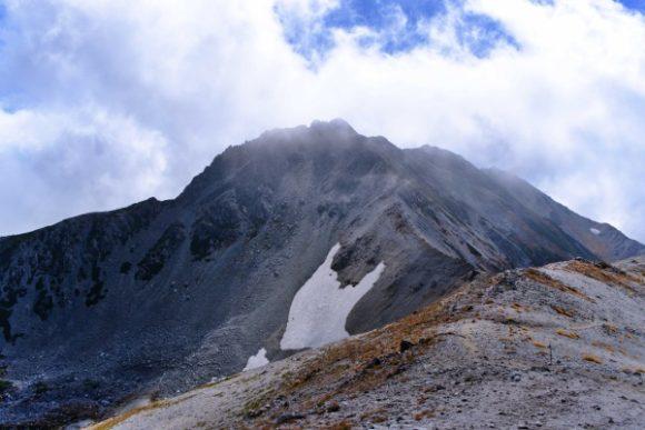 富士ノ折立の険しい山容が見えた。