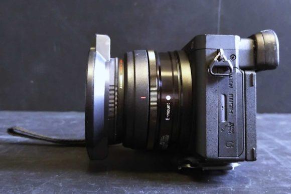 SEL20F28、プロテクター、レンズフィルター、フリップキャップを装着。やや長くみえるが使い勝手は良い。